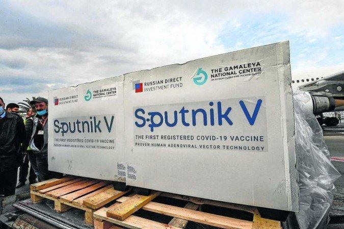 (Inspetores vão para a Rússia conferir documentação e relatórios clínicos sobre a eficácia do imunizante contra a Covid-19. Foto:  Fethi Belaid/AFP)