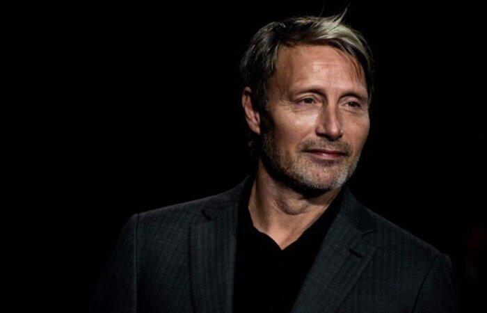 O ator dinamarquês é renomado por seus trabalhos independentes, mas alterna com grandes produções em Hollywood (Foto: Jeff Pachoud/AFP)