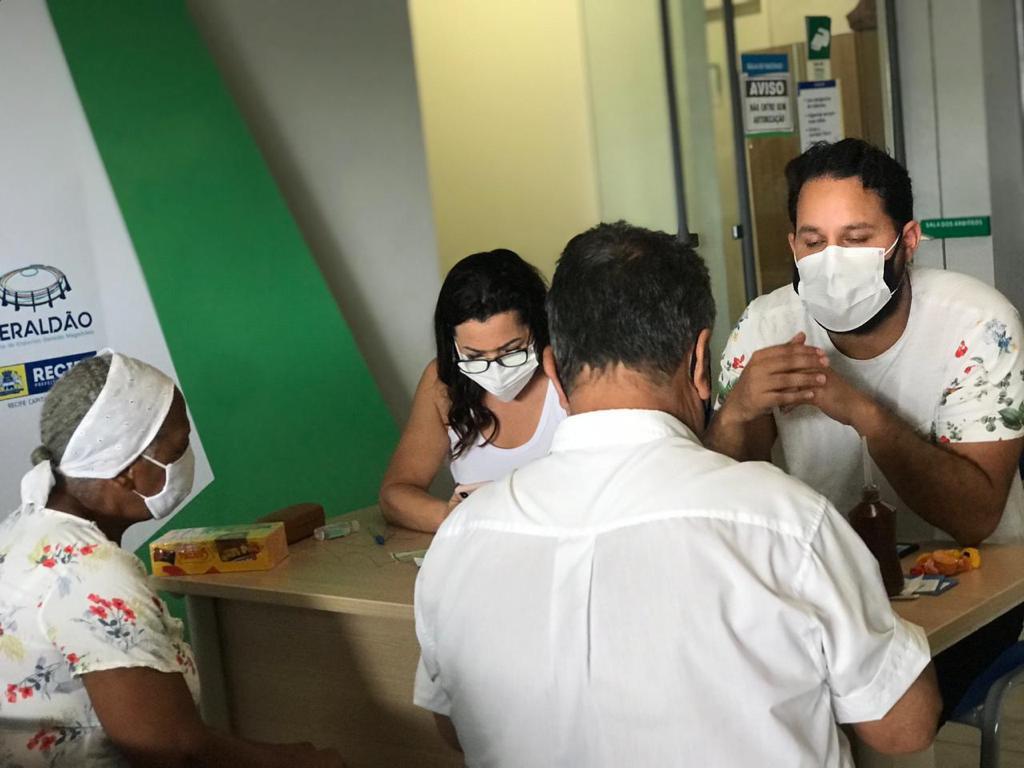 """Voluntários do projeto """"Tamo Junto na VacinaçãO"""" realizando a triagem  (Divulgação)"""
