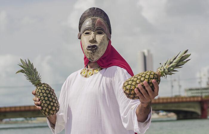 O projeto é uma performance que leva uma figura mística à cidade do Recife recuperando as memórias da escravidão e do racismo (Foto: Camila Silva/Divulgação)