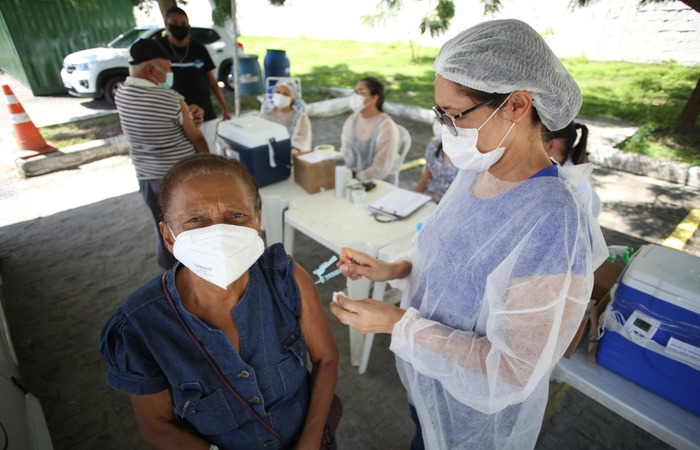 Lúcia Maria Xavier, 68, chegou ao ponto de vacinação apressada para tomar a segunda dose porque deixou a mãe, de 98 anos, sozinha em casa.  (Foto: Hesíodo Góes/ Esp. DP)