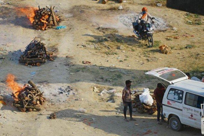 Corpos de vítimas da Covid são incinerados em estacionamento em Nova Delhi  | Mundo: Diario de Pernambuco