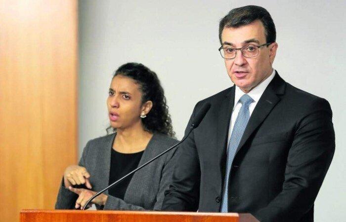 Carlos França agiu rapidamente para tentar conter os estragos das falas do ministro da Economia na terça-feira (27). China é principal parceiro do Brasil em importação de vacinas e insumos para os imunizantes  (crédito: Marcos Corrêa/PR)