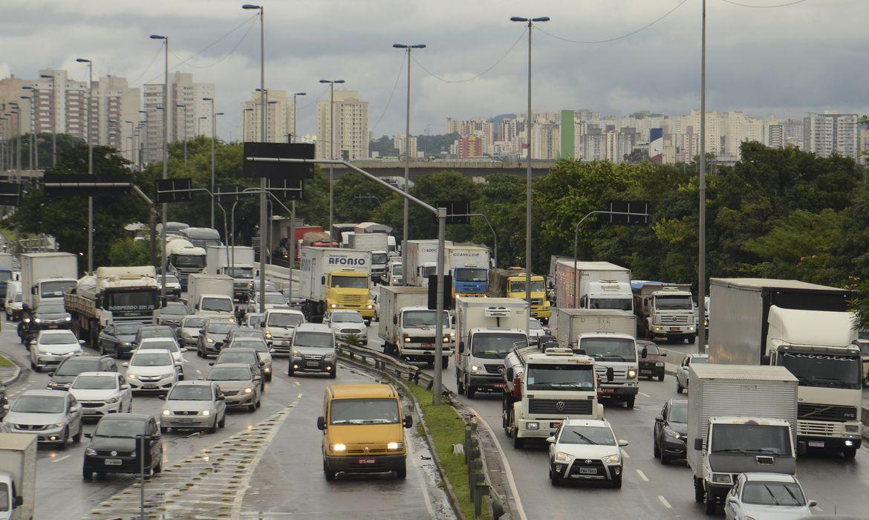 (Medida vale para condutores habilitados nas categorias C, D e E. Foto: Rovena Rosa/Agência Brasil)