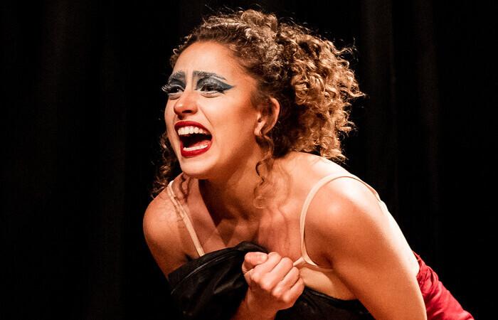O espetáculo é encenado pelas atrizes Endi Vasconcelos (foto) e Maria Laura Catão, da Bubuia Companhia de Teatro,  (Foto: Lucas Leônidas/Divulgação)