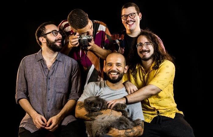 O trabalho marca a nova formação da banda, agora com o guitarrista Matheus Araújo (Foto: Hannah Carvalho/Divulgação)