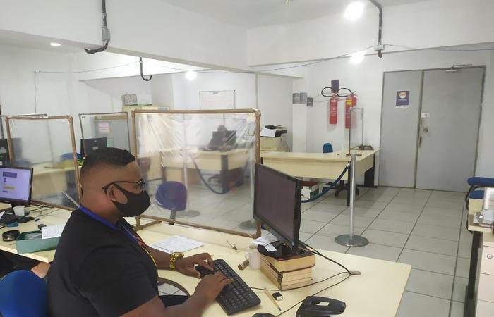 Carlos Gomes trabalhando como auxiliar administrativo. (Foto: Ray Evllyn/Divulgação)