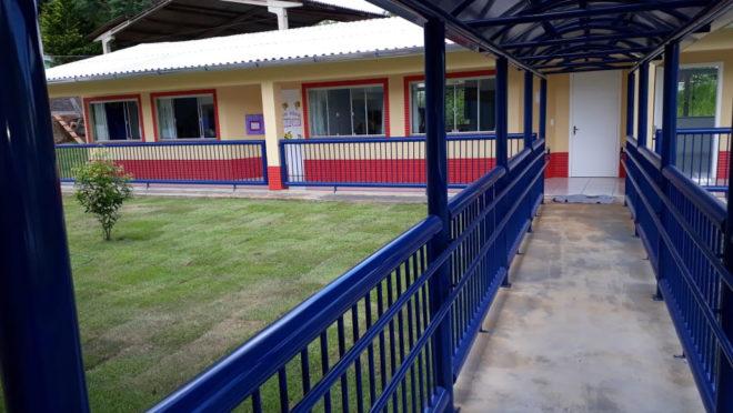 A professora Keli Adriane Aniecevski, de 30 anos, uma funcionária e outras três crianças morreram após o ataque  (Foto: Prefeitura de Saudades (SC) )