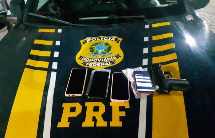 Dentro do veículo roubado foram encontrados quatro celulares e uma arma falsa idêntica à original (Divulgação/PRF)