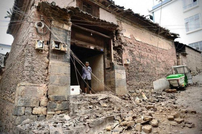 O primeiro terremoto, de magnitude 6,1, abalou Yunnan na sexta-feira às 21h48 (Foto: OUT/ AFP)