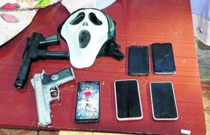 Agentes apreenderam celulares, simulacros de armas e máscaras na casa da jovem (Foto: PCDF/Divulgação)