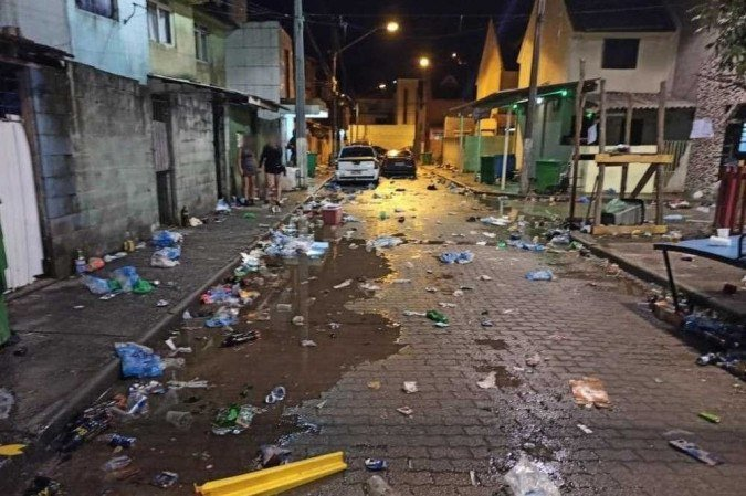 (A rua onde acontecia a festa ficou repleta de lixo após a polícia dispersar os participantes da aglomeração. Foto: PMSC/Divulgação)