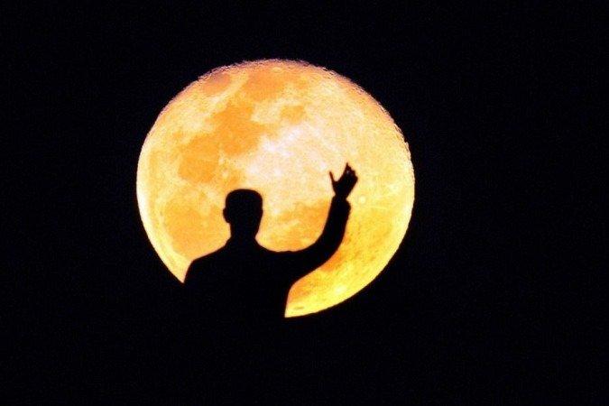 """(A chamada """"Lua das flores"""" iluminará o céu em todo o mundo, ganhará tons de vermelho e, no hemisfério norte, poderá ser vista junto a um eclipse total simultâneo, o que não ocorre há 6 anos. Foto: Ed Alves/CB/D.A Press)"""