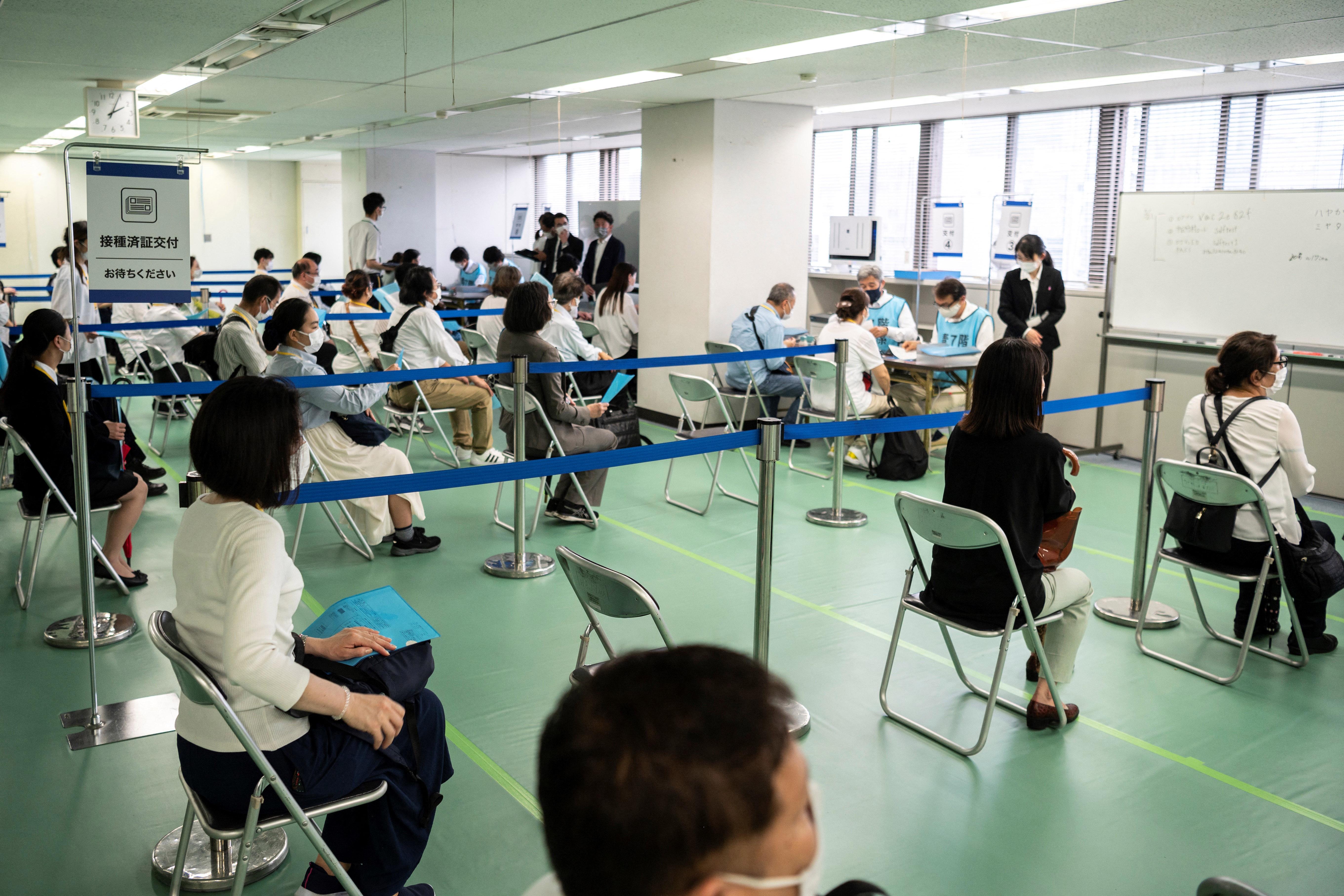 (O Japão abriu seus primeiros centros de vacinação em massa às pressas em uma campanha prévia às Olimpíadas, canceladas no ano passado devido à pandemia. Foto: Charly TRIBALLEAU / AFP)
