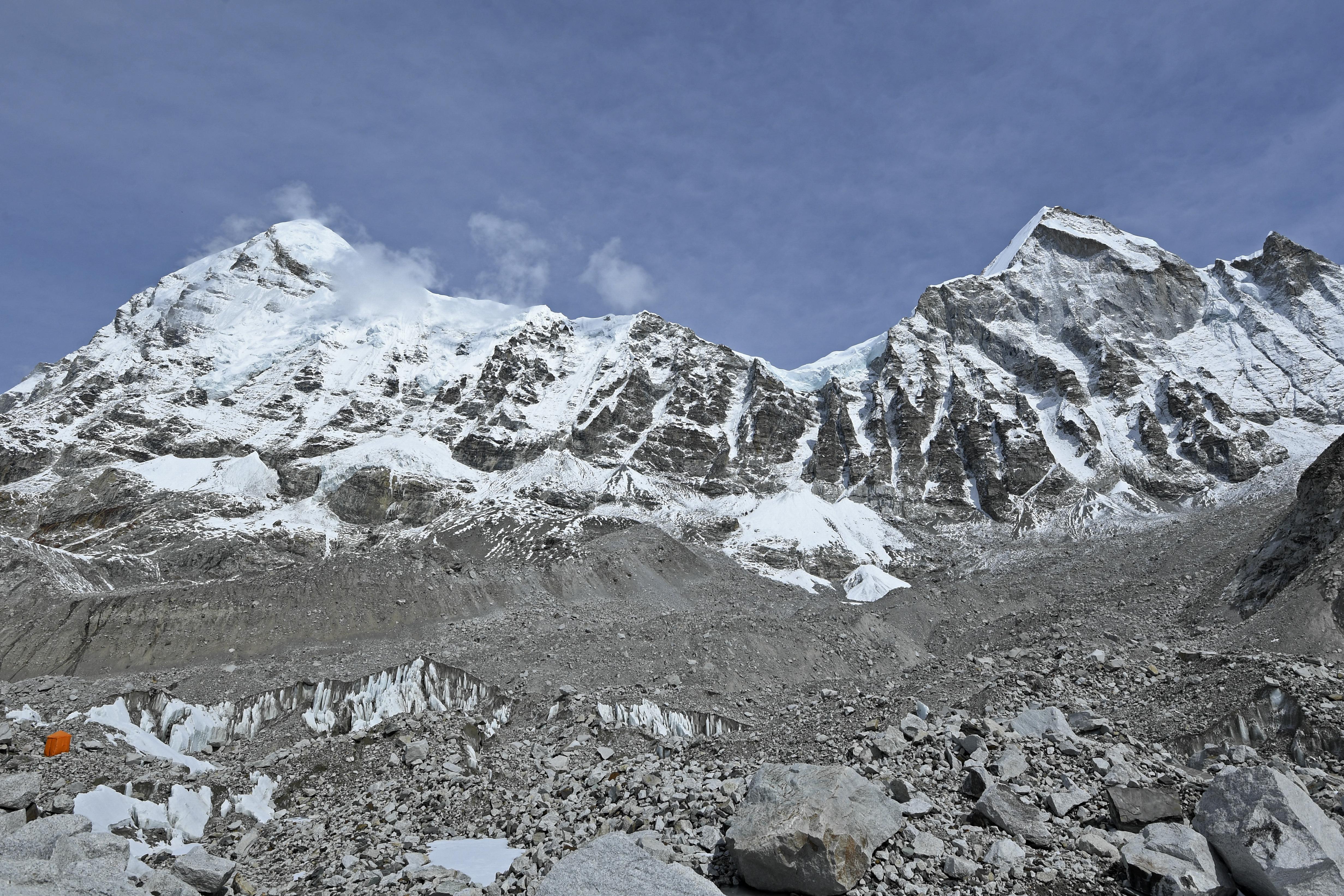 (Nas últimas semanas, dois outros montanhistas estrangeiros também morreram no Everest: o suíço Abdul Waraich, 40 anos, e o americano Puwei Liu, 55 anos. Foto: Prakash MATHEMA / AFP )