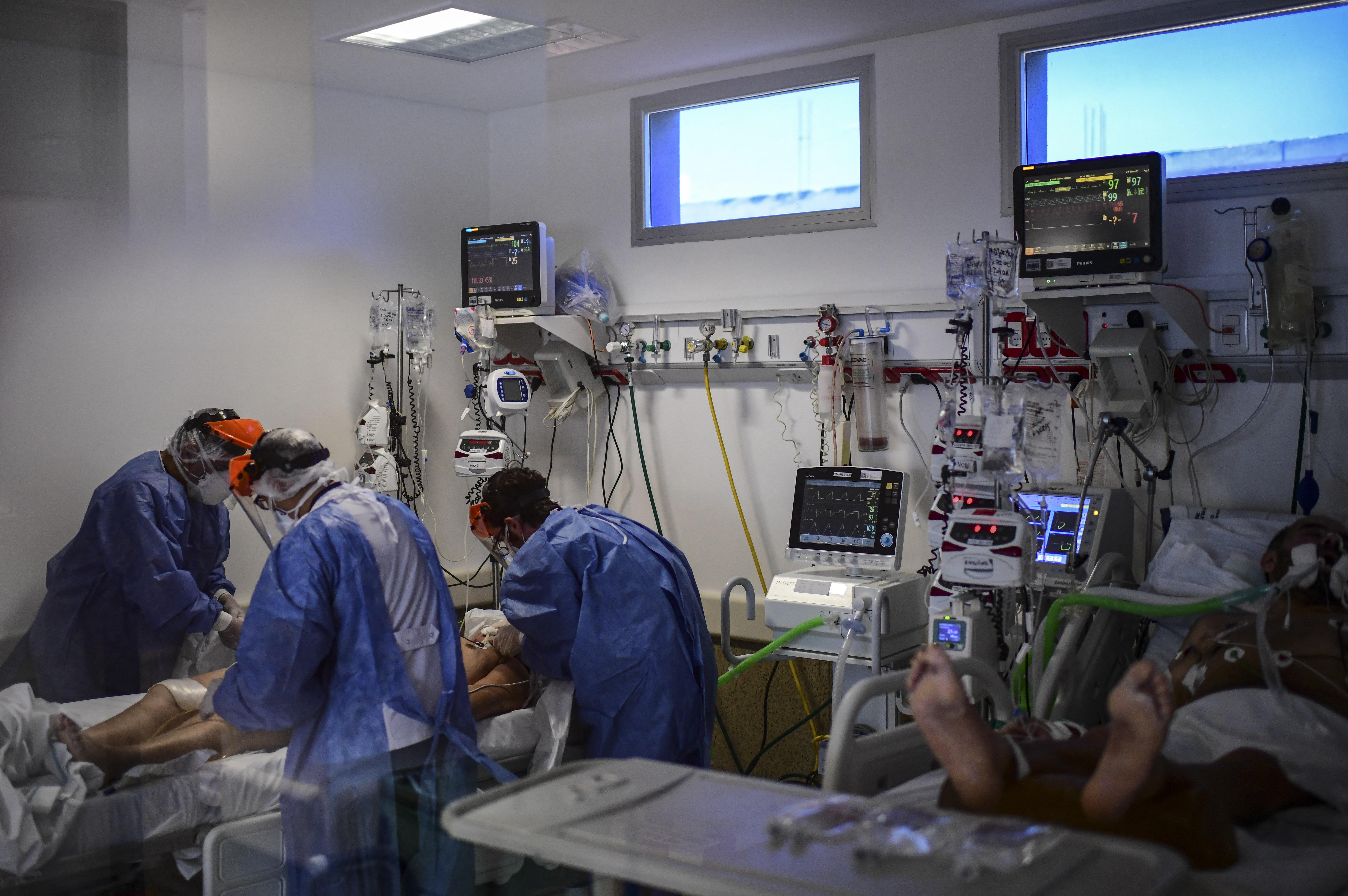 (Nas últimas 72 horas, quinze pessoas morreram de Covid-19 em hospitais, enquanto o número acumulado de mortes oficialmente registradas desde março de 2020 chega a 300. Foto: RONALDO SCHEMIDT / AFP)