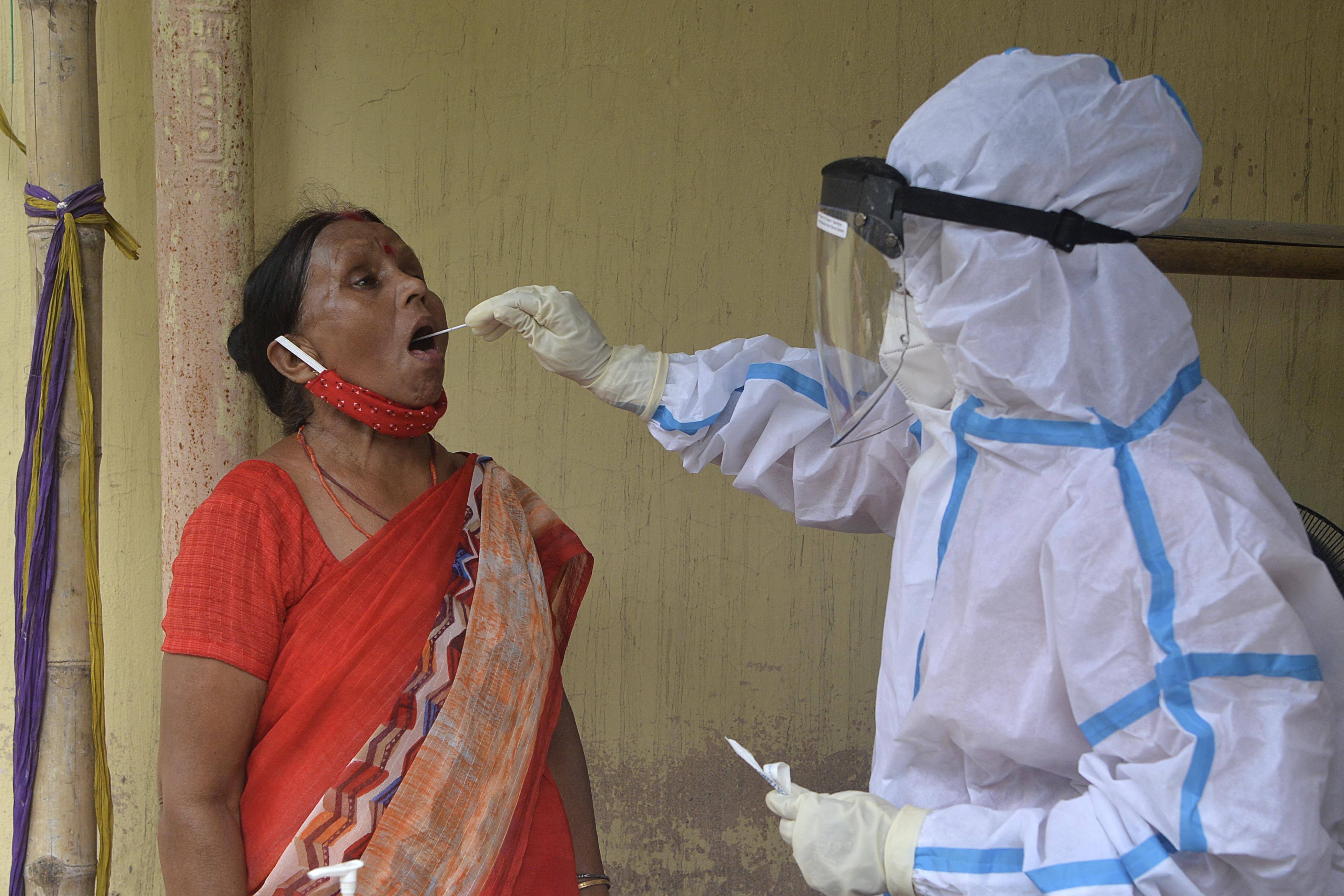 (Vários relatórios de especialistas, encomendados pela OMS, apelam a amplas reformas do sistema de alerta e prevenção para evitar outro fiasco sanitário. Foto: Diptendu DUTTA / AFP )