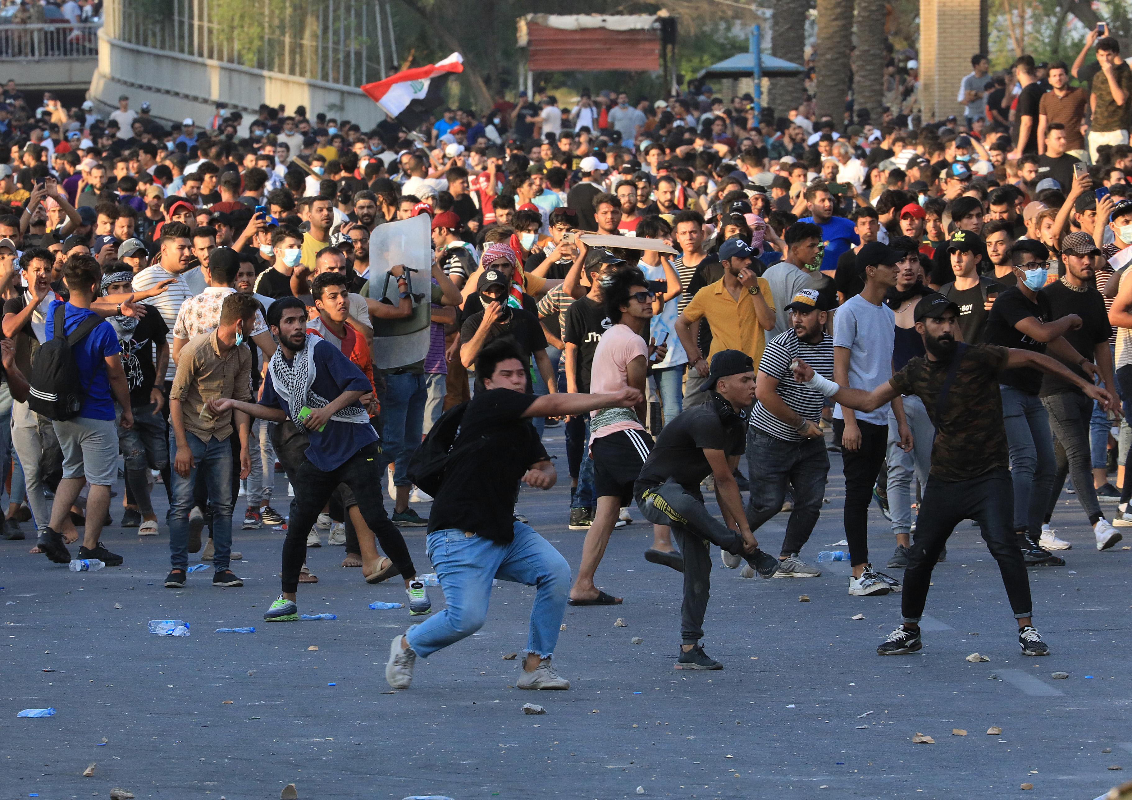 (Os manifestantes, que estavam cercados por uma significativa força policial, vinham de Bagdá e também de outras cidades como Karbala, Najaf e Nasiriya, cenários de assassinatos de pelo menos 70 militantes pró-democracia. Foto: AHMAD AL-RUBAYE / AFP)