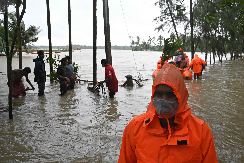 (Quase 20.000 casas foram danificadas e várias ilhas foram inundadas com a ruptura de represas, segundo Banerjee. Foto: Dibyangshu SARKAR / AFP)
