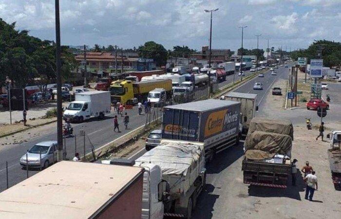 Categoria afirma que desempenha atividades essenciais na pandemia, como transporte de alimentos e de insumos hospitalares (Divulgação)