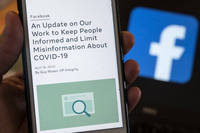 (Rede social anunciou que suspenderá proibição de postagens que afirmam que a covid-19 foi fabricada em laboratório porque o debate sobre o tema retornou aos Estados Unidos. Foto: ANDREW CABALLERO-REYNOLDS / AFP)