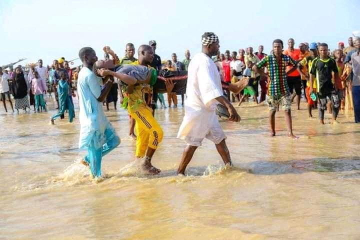 (Apenas 20 passageiros foram encontrados com vida durante uma operação de resgate na quarta-feira. Foto: AFP)