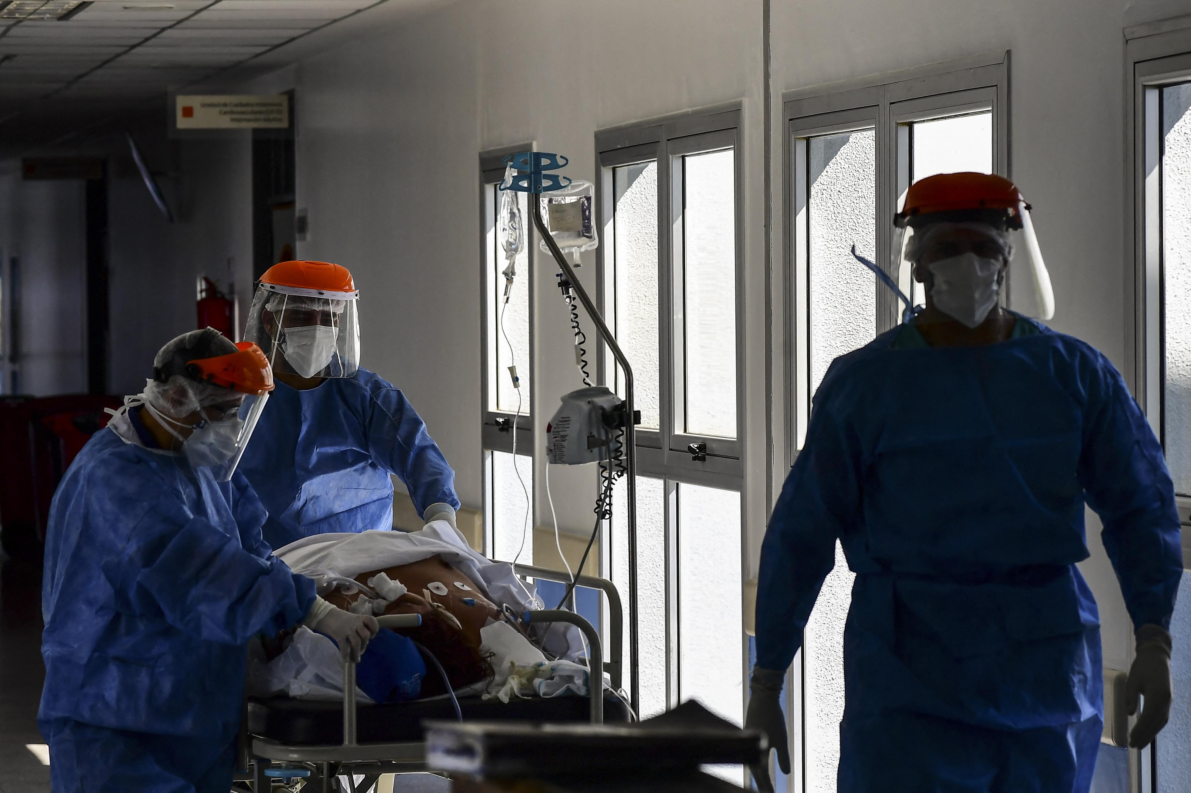 (O paciente, com menos de 50 anos, começou a apresentar necrose (morte de tecido) na área das mucosas cerca de dez dias após o teste positivo para o coronavírus. Foto: RONALDO SCHEMIDT / AFP )