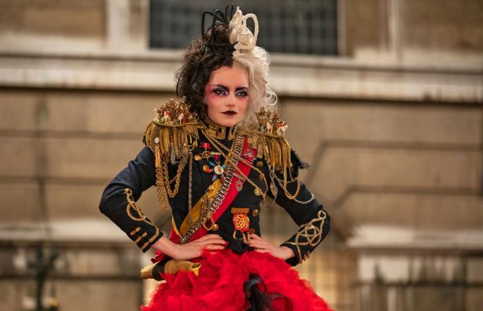 Figurinos, penteados e maquiagens se misturam em um espetáculo da estética punk e da alta costura (Foto: Disney Pictures/Divulgação)