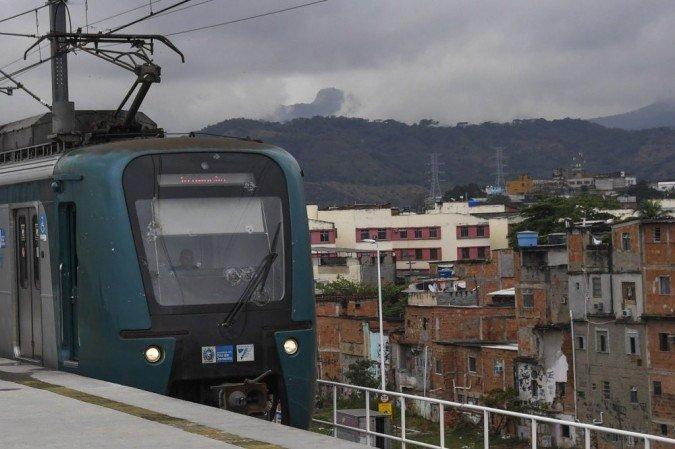 (Trem da SuperVia começou a pegar fogo por volta das 5h45. Foto: Apu Gomes/AFP )