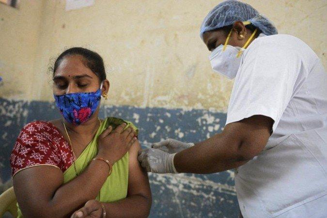 (Nas últimas 24 horas, Nova Délhi registrou 1.100 novos casos de covid-19, um número muito inferior aos quase 25.000 contágios diários detectados há seis semanas. Foto: NOAH SEELAM / AFP)