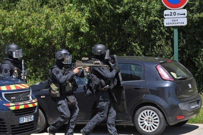 (O agressor, que teria fugido a pé, está sendo procurado por pelo menos 80 policiais e dois helicópteros, acrescentou a mesma fonte. Foto: LOIC VENANCE / AFP)