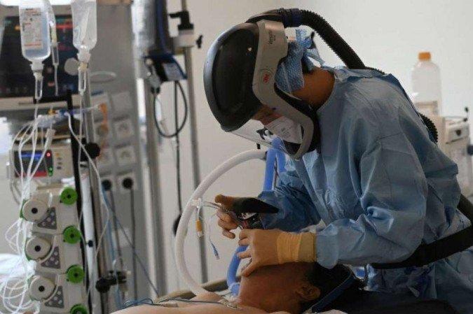 (Equipamento utilizado no tratamento pode melhorar oxigenação e reduzir infecções no organismo. Foto: Christophe SIMON/AFP)