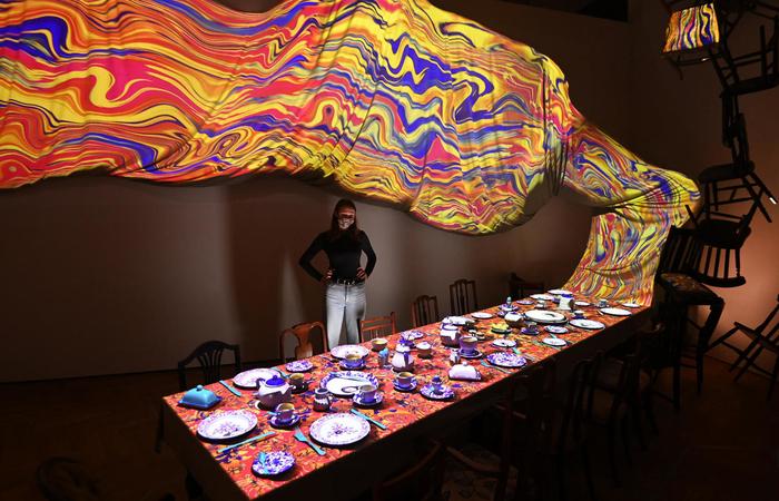 A mesa de chá do Chapeleiro Maluco é uma das cenas reinventadas com a estética surrealista da obra (Foto: Daniel Leal-Olivas/AFP)