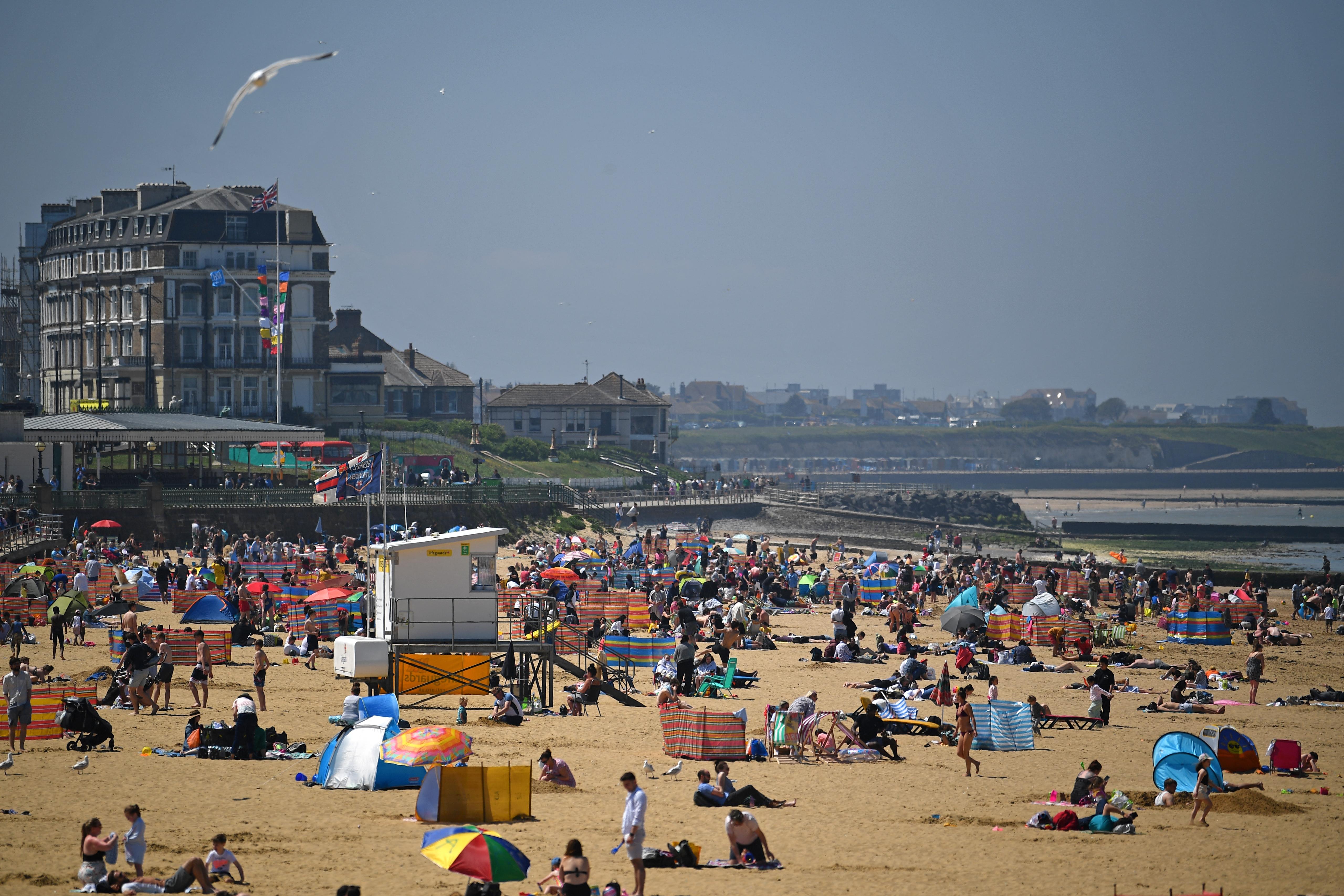 (Com condições favoráveis, os britânicos foram à praia da costa de Margate, a leste de Londres, Foto: Ben STANSALL / AFP)
