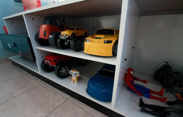 Os brinquedos de Miguel seguem fazendo parte da casa (Foto: Romulo Chico/Esp. para o Diario)