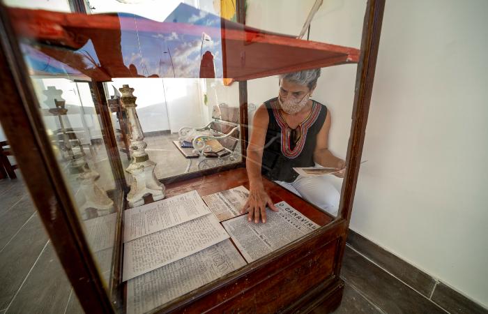 Carol Vasconcelos, secretária de turismo de Ipojuca, colocando arquivos em vitrine (Foto: @FilipeCadena/Prefeitura de Ipojuca/Setur)
