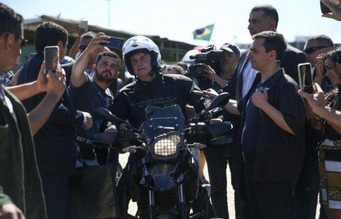 Durante a missa da qual participou, o mandatário fez uso de máscara e tirou fotos com apoiadores, gerando aglomeração  (crédito: José Cruz/Agência Brasil )