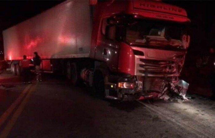 Mulher chamou a polícia, que chegou a perseguir o homem, mas acidente na BR 381, em Governador Valadares, acabou provocando a morte de ambos após carro pegar fogo  (crédito: Roberto Higino/Divulgação )