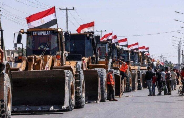Foram registradas dezenas de guindastes e caminhões com a bandeira egípcia ao longo da fronteira  (crédito: DISSE KHATIB/AFP )