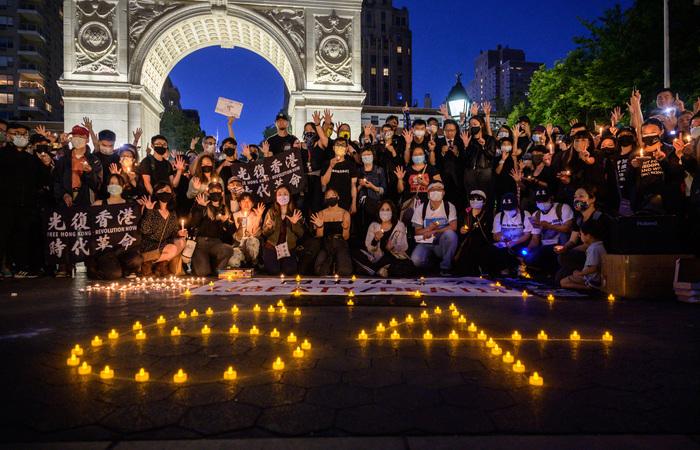 As homenagens aconteceram tanto nas embaixadas em Hong Kong quanto em Nova Iorque (Foto: Ed Jones/AFP)