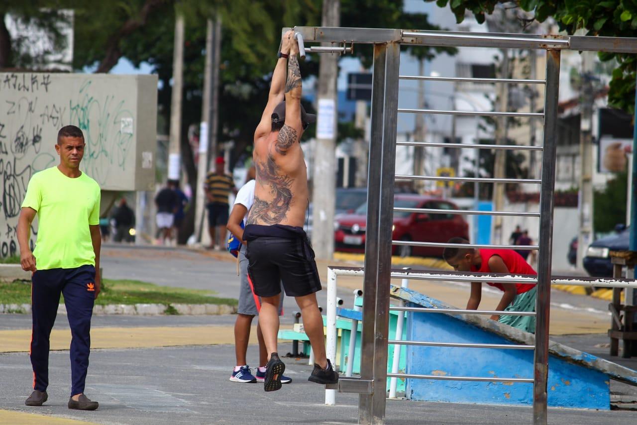 Desrespeito a protocolos de combate à Covid-19 em praia de Olinda (Foto: Sandy James/Esp.DP)