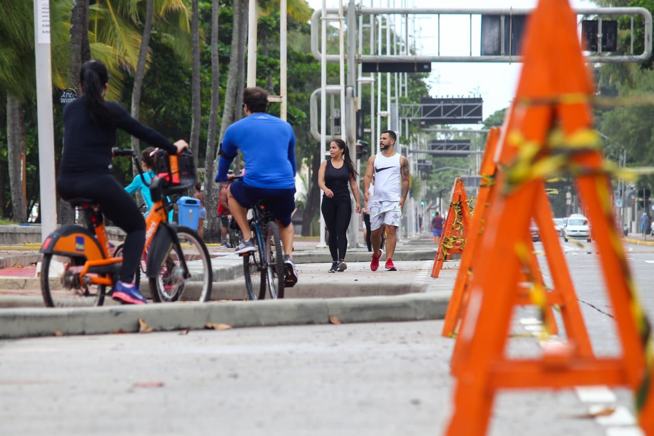 Pessoas foram flagradas sem máscaras nos arredores da Praia de Boa Viagem (Foto: Sandy James/Esp.DP)