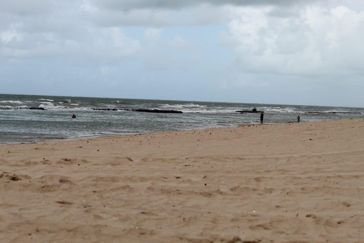 Pessoas contrariando o decreto e tomando banho de mar, na Praia do Pina, Zona Sul do Recife (Foto: Sandy James/Esp.DP)