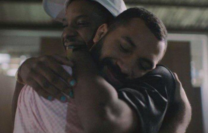 Os brothers protagonizaram o primeiro beijo gay entre homens na edição do BBB 21 (Foto: Reprodução)