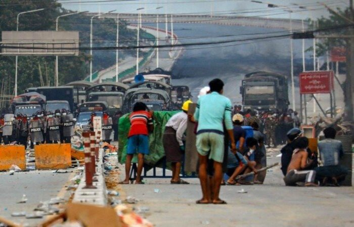 A população local do estado de Kayah, no leste do país, acusa a junta militar de disparar projéteis de artilharia contra aldeias  (crédito: STR / AFP )