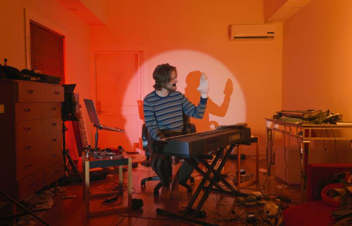 Com músicas originais e um espetáculo de luzes, o especial faz piada com problemas típicos do isolamento (Foto: Netflix/Divulgação)