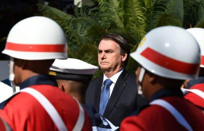 O chefe do Executivo ainda criticou civis no comando da pasta em governos anteriores e elogiou o ex-presidente Michel Temer, que, em sua gestão, colocou no comando da Defesa o general Silva e Luna, hoje presidente da Petrobras.  (crédito: AFP/EVARISTO SA )
