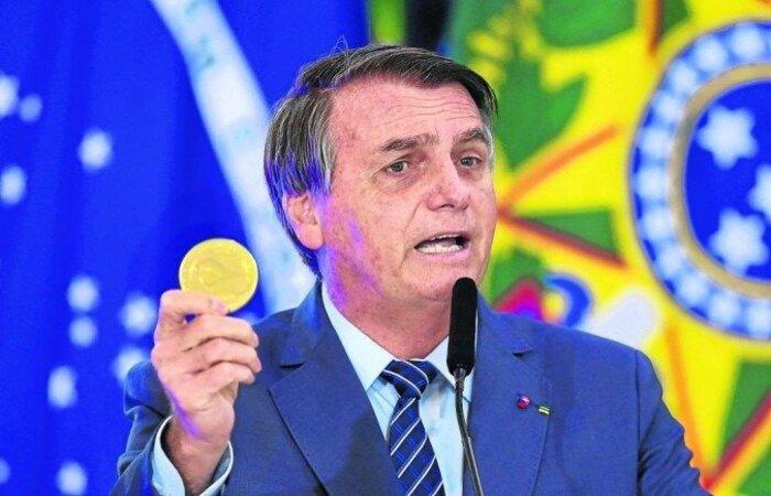 Chefe do Executivo tenta agradar ao eleitorado que votou nele em massa, mas já o chama de traidor, principalmente os policiais federais ( Evaristo Sá/AFP)