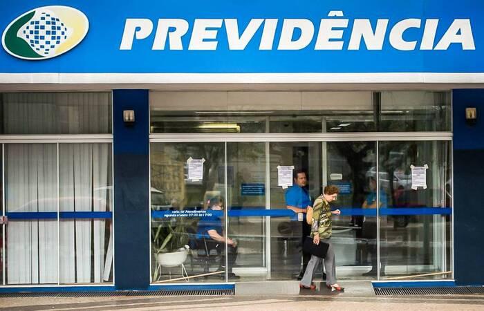 Aposentados e pensionistas que recebem na Caixa podem, entre outras opções, consultar informações sobre o benefício, portabilidade e prova de vida (Marcelo Camargo/Agência Brasil)