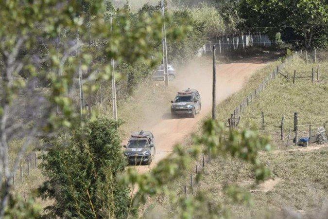 (As forças de segurança fazem buscas na região de Cocalzinho. Foto: Minervino Junior/CB/DA Press)
